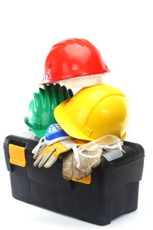 protective helmets: Alcuni colori caschi di protezione e strumenti su bianco Archivio Fotografico