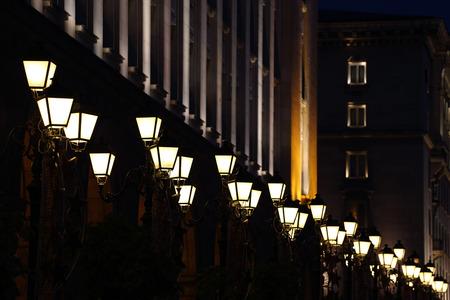 lampposts: hilera de farolas iluminadas por la noche