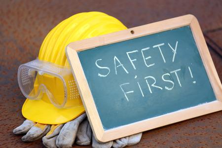 Helm, Schutzbrille, Handschuhe und greenboard. Sicherheit erste Konzept