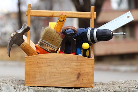 construction tools: caja de herramientas de madera en el trabajo de cerca