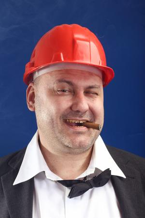 casco rojo: Retrato de hombre con casco rojo y el cigarro