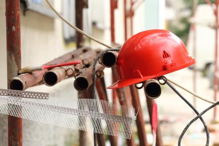 casco rojo: casco rojo en el andamio tubular, DOF bajo
