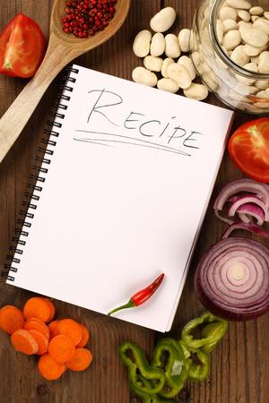 zanahoria: Verduras frescas y libro de recetas en blanco