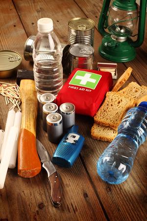 나무 테이블에 비상용 물품