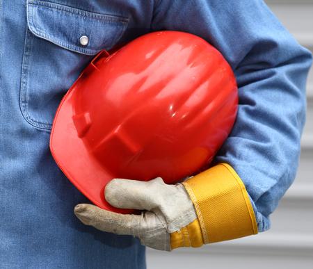 casco rojo: Man holding red helmet close up Foto de archivo