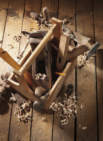 old wooden tool box  on workbench Imagens