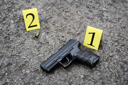 outdoor crime scene investigation. black pistol and marks Imagens