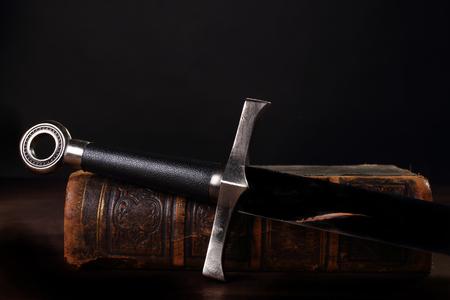 espada y libro viejo de cerca