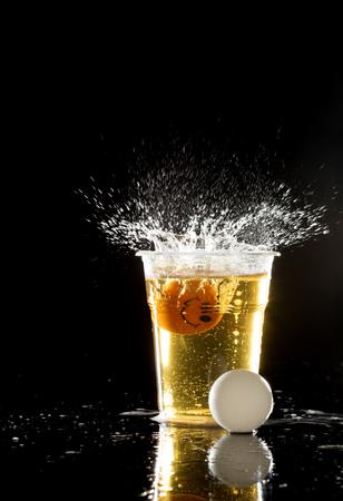 birra e palline da ping pong sul nero