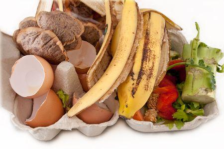basura organica: Cierre hasta capturar una selecci�n de los residuos dom�sticos listo para ser compostada contenida en una caja de cart�n y dispuestas sobre blanco.