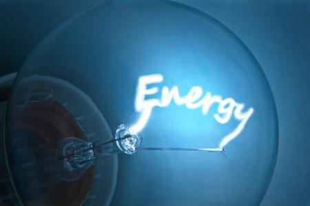 electricidad: Cerca de filamento de la bombilla de luz azul iluminada que define la palabra  Foto de archivo