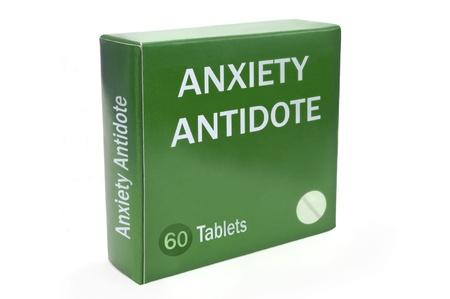 """antidote: Close up van een groene doos met de woorden """"ANGST Antidote"""" geregeld over wit."""