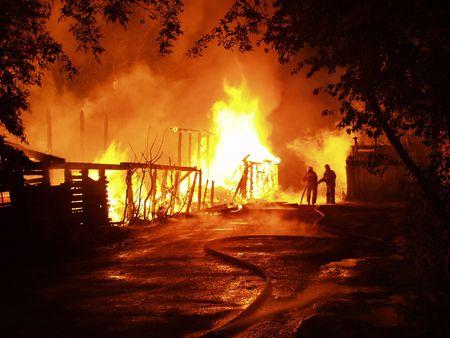 bombero de rojo: Resplandor en la noche
