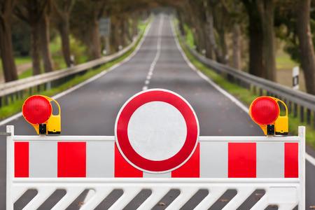 Rood en wit gekleurde straat barrière op een lege weg