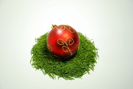 Red Christmas ball in nest of pine tree needles ,isolatedn on white  Banque d'images