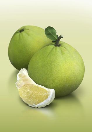 Pomelo auf grünem Hintergrund Standard-Bild - 55027504