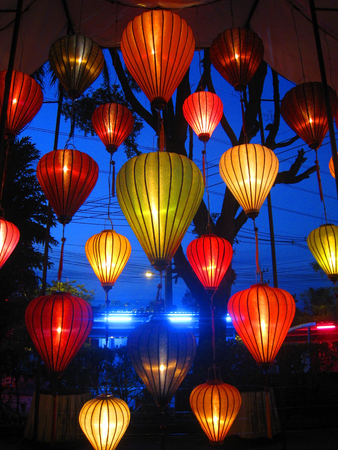 Decorate the lanterns in the night park