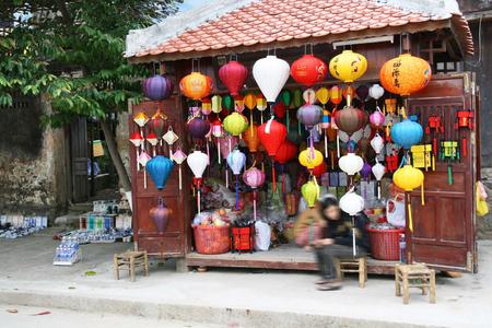 Decorate the lanterns Shop Standard-Bild - 124263828