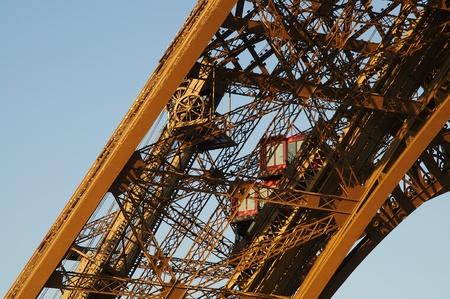 エレベーターのあるアイフェル塔の詳細 写真素材