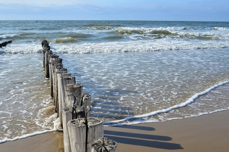 ドンブルグ オランダで北海のビーチの波の防波堤