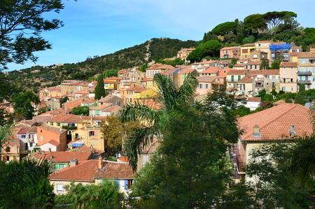 mimose: Il villaggio di Bormes les Mimosas, Costa Azzurra, Var, Provenza, Francia