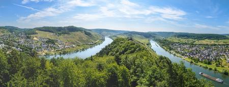 panorama view: Moselle vista sulla valle del fiume panoramica su Punderich, Germania