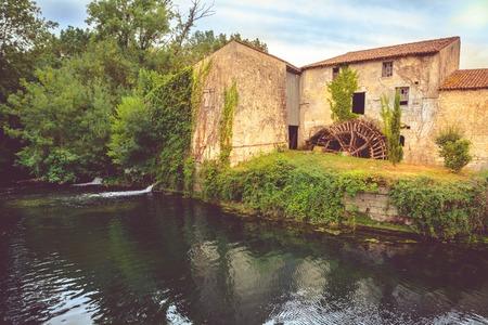 molino de agua: Antiguo Molino de agua en Saint Jean d Angely, en el r�o Boutonne, Charente Maritime, Francia