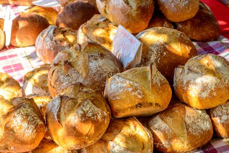 フランスの屋外朝市に焼きたてのパン