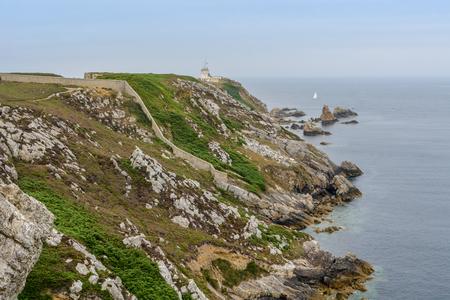 Crozon、ブルターニュ、フランス、近くにアパート ホテル リヨン プレスキル イル デはモルガの周りの崖上を散歩 写真素材