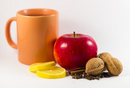 apple cinnamon: tazza di t�, mela, cannella, limone, chiodi di garofano, noci