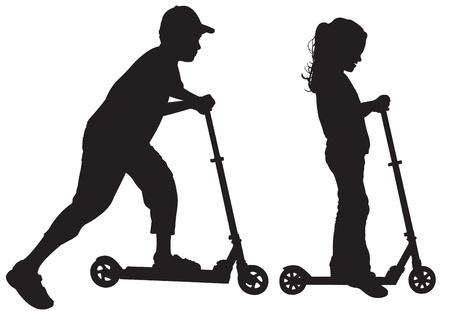 Silhouetten von Kindern auf Roller