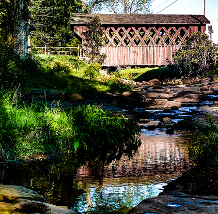 This is a wooden covered bridge in Municipal Park, Opelika, AL Stockfoto