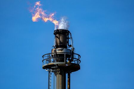 Gas burn off tower in Ohio. This is a burn off tower for an oil refinery Stockfoto