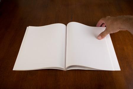 백서 빈 책이나 잡지를 엽니 다. 스톡 콘텐츠