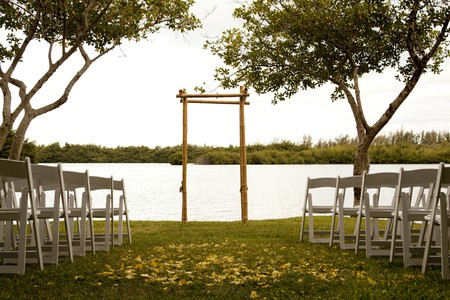 Tranquil wedding setting with trellis, water and trees Standard-Bild