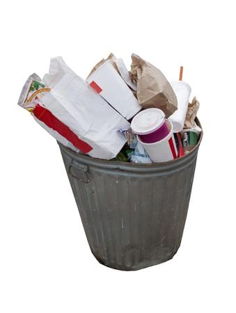 basura: desbordante de lata de basura, aislado en un fondo blanco