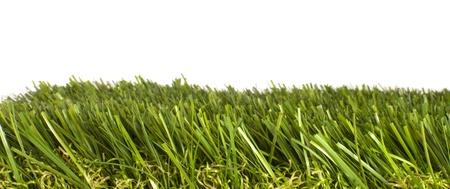 prato sintetico: chiazza di erba verde ben curato artificiale su sfondo bianco