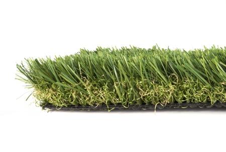 pasto sintetico: parche de c�sped artificial verde sobre un fondo blanco