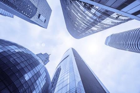 Inquadratura dal basso dei grattacieli di Guangzhou in Cina.