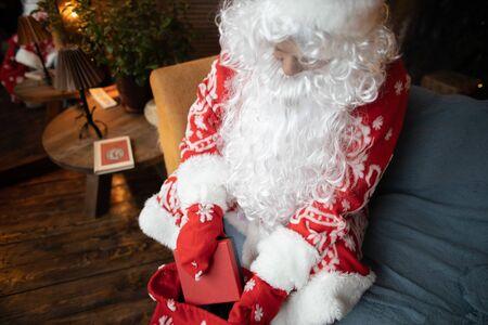 Santa Claus habla con una niña una tarjeta de Año Nuevo Año Nuevo
