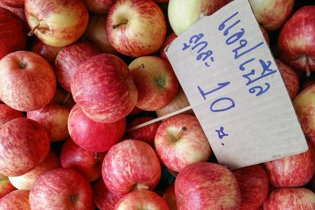 low price: Molti mela rossa basso prezzo nel mercato fresco Archivio Fotografico