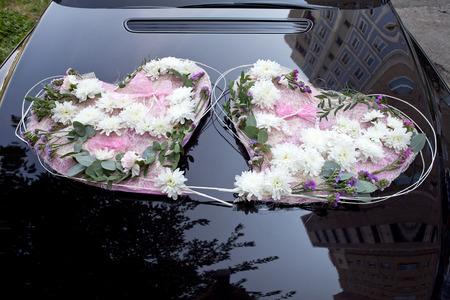 Blumenschmuck An Der Haube Des Brautpaar Das Auto Fur Ihre Hochzeit