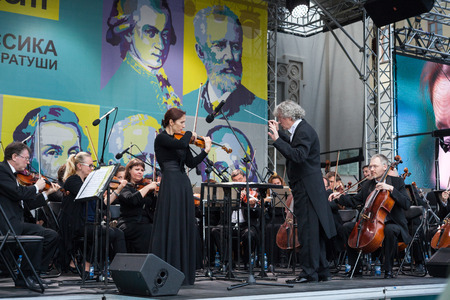 Minsk, Belarus, july 8, 2017: State Academic Symphony Orchestra of the Republic of Belarus performs on the street. Conductor Alexander Anisimov Redactioneel