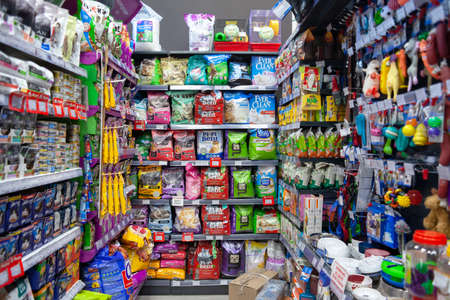 MINSK, BELARUS - June 29, 2020: Pet store. A variety of pet products, feed, toilet fillers, toys and various accessories on store shelves. 新聞圖片