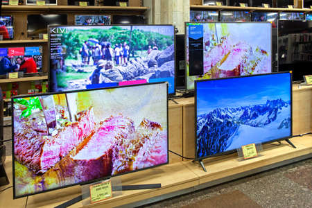 Televisions of different brands in the electronics store. Minsk, Belarus - june 29, 2020 新聞圖片