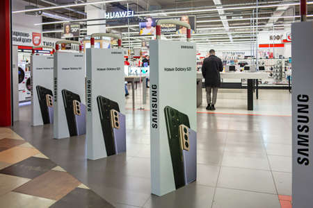 Samsung Galaxy S21 - advertising on banners at the entrance to the sales area of a home appliances store. Minsk, Belarus - March 2021 Publikacyjne
