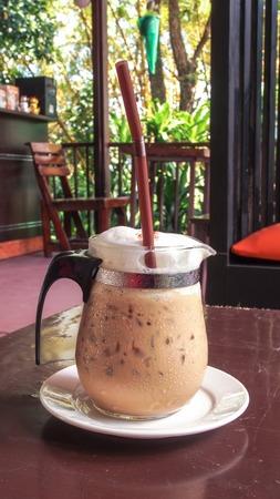 fredo: Iced caff� cappuccino sul tavolo di legno Archivio Fotografico