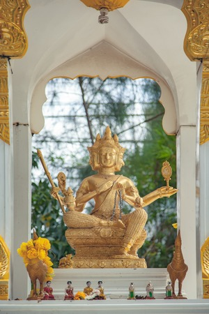vishnu: Golden Hindu God Vishnu
