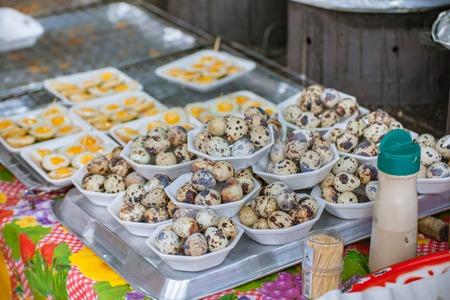 huevos de codorniz: Huevos de codorniz en el mercado en la calle Foto de archivo