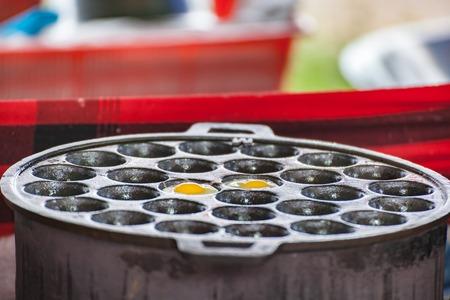 huevos de codorniz: huevos de codorniz fr�en en la esfera estufa. Foto de archivo